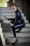 Kvinna i läderklänning och stridkniv fotografering för bildbyråer