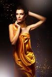 Kvinna i lång gul klänning Royaltyfri Bild