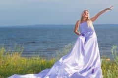 Kvinna i lång klänning Arkivbilder