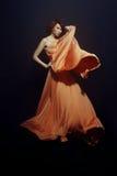 Kvinna i lång klänning Royaltyfri Foto