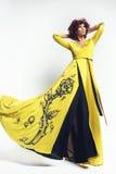 Kvinna i lång klänning Arkivbild
