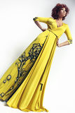 Kvinna i lång klänning Arkivfoto