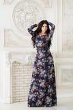 Kvinna i lång maxi klänning i studio Arkivbilder