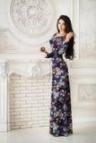 Kvinna i lång maxi klänning i studio Royaltyfri Fotografi
