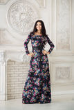 Kvinna i lång maxi klänning i studio Arkivfoto