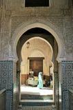 Kvinna i ljus - den blåa abayaen går till och med den gamla Fez medina Arkivbild