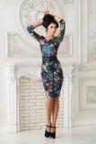 Kvinna i lång maxi klänning i styudio Arkivbild