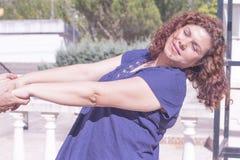Kvinna i lycklig inställning Arkivfoto