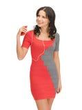 Kvinna i lyssnande musik för elegant klänning Arkivfoton