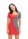 Kvinna i lyssnande musik för elegant klänning Royaltyfri Fotografi