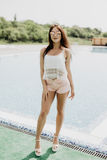 Kvinna i lyxig semesterort nära simbassäng Sommarkall royaltyfri fotografi