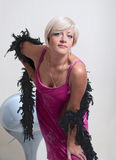 Kvinna i magentafärgat Arkivfoto