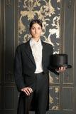 Kvinna i man ett innehav för klassikerdräkt en cylinder Arkivbild