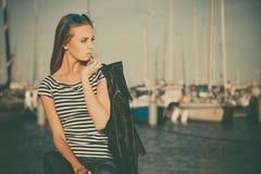 Kvinna i marina mot yachter i port Arkivfoto