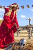 Kvinna i medeltida kläder med en boll och en liggande riddare Royaltyfri Bild