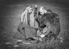 Kvinna i medeltida kläder och riddaren Royaltyfria Bilder