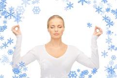 Kvinna i meditation Arkivfoton