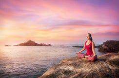 Kvinna i meditation Arkivbild