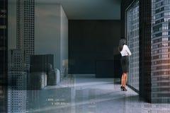 Kvinna i minimalistic grå vardagsrum arkivfoton