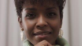 Kvinna i mintkaramelltröja i studio med grå gardinbakgrund, 90-taloffisestil stock video