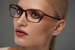 Kvinna i modeexponeringsglas Härlig kvinnlig i stilfullt glasögon arkivbilder