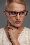 Kvinna i modeexponeringsglas Härlig kvinnlig i stilfullt glasögon arkivbild