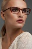 Kvinna i modeexponeringsglas Härlig kvinnlig i stilfullt glasögon fotografering för bildbyråer