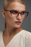 Kvinna i modeexponeringsglas Härlig kvinnlig i stilfullt glasögon royaltyfri fotografi