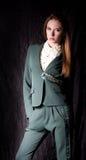 Kvinna i modekläder Arkivfoto