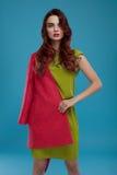 Kvinna i modekläder Härlig modell In Stylish Clothing Royaltyfri Foto
