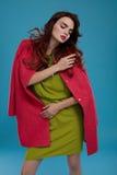 Kvinna i modekläder Härlig modell In Stylish Clothing Arkivfoto