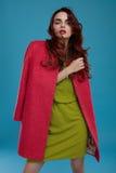 Kvinna i modekläder Härlig modell In Stylish Clothing Fotografering för Bildbyråer