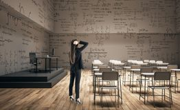 Kvinna i modernt klassrum arkivfoton