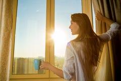 Kvinna i morgonen Den attraktiva sexiga kvinnan med den propra kroppen är ho Fotografering för Bildbyråer