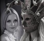 Kvinna i mystisk Venetian maskering Framsidor av kvinnor Framsidor av kvinnor bedsheetmode lägger förföriskt vitt kvinnabarn för  Arkivfoto