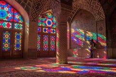 Kvinna i Nasir Al-Mulk Mosque i Shiraz, Iran arkivbilder