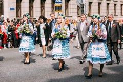 Kvinna i nationell vitrysk folkdräkt Arkivfoto