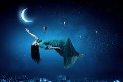 Kvinna i natthimmel royaltyfria foton