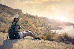 Kvinna i naturen arkivfoton