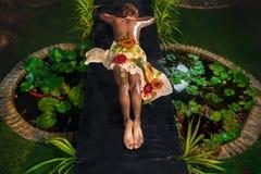 Kvinna i naturlig brunnsortsalong Royaltyfri Fotografi