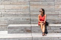 Kvinna i New York som kopplar av på bänk på hög linje arkivfoton