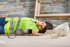 Kvinna i olycka på arbetsplatsen Arkivbild