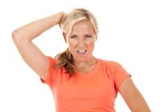 Kvinna i orange görande yogagenomkörare Arkivfoto
