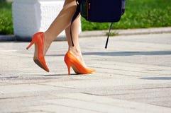 Kvinna i orange skor Royaltyfri Fotografi