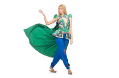 Kvinna i orientaliska gröna kläder som isoleras på vit Arkivfoto
