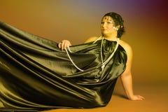 Kvinna i orientaliska ?mbetsdr?kter i svart med p?rlor royaltyfria bilder