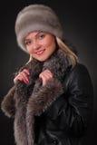Kvinna i pälshatt Royaltyfria Bilder