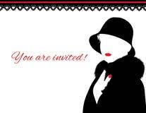 Kvinna i pälslag och röd kantinbjudan Royaltyfria Bilder