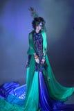 Kvinna i påfågelbild. Royaltyfria Foton