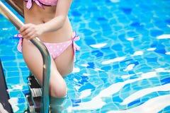 Kvinna i pöl på sommarsemester Arkivfoton
